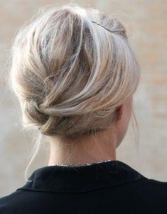 Un chignon sixties sur cheveux mi-longs Comme pour la tresse bandeau, on commence par tracer une raie sur le côté avant d'effectuer la torsade de part et d'autre de la tête. L'idéal est de préparer ses cheveux à l'aide d'une poudre volumisante et texturisante pour épaissir la matière et assurer une longue tenue à la coiffure.