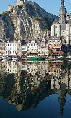 Dinant est une ville francophone de Belgique située en Région wallonne, chef-lieu d'arrondissement en province de Namur. Elle est bâtie sur la rive droite de la Meuse, à 90 kilomètres au sud de Bruxelles, 28 de Namur et 16 au nord de Givet, en France. Dinant compte, au 1er janvier 2015, 13 631 habitants, soit une densité de 136,58 habitant/km2. La vallée de la Meuse, ses nombreux monuments, l'Abbaye Notre-Dame de Leffe encore habitée par des Prémontrés, la tour et les grottes de Mont-Fat.