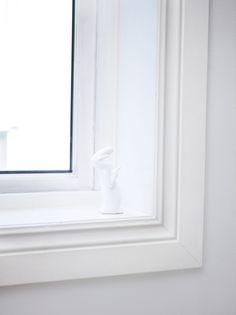 Nymalte hvite vinduer slipper lyset inn. LADY Supreme Finish 9918 Klassisk Hvit. Mirror, Home Decor, Decor