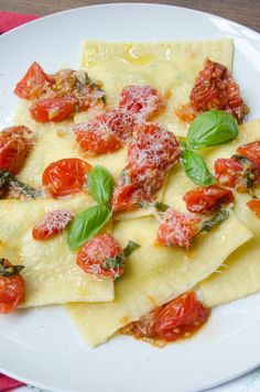Making homemade ravioli does not have to be hard, especially when you buy fresh pasta sheets. This zucchini lemon ricotta ravioli is not only easy, but delicious too. This recipe also includes a quick fresh air fyer cherry tomatoes sauce. Cherry Tomato Sauce, Cherry Tomatoes, Zucchini Ravioli, Best Pasta Recipes, Vegetarian Recipes, Healthy Recipes, Blue Jean Chef, Homemade Ravioli, Vegetarische Rezepte