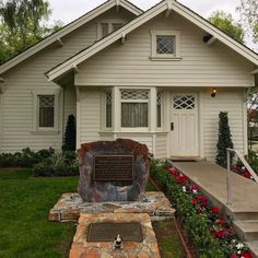 Mr. Pug outside the house where President Richard Nixon was born. Yorba Linda, California.   #yorbalinda #richardnixon #library #president #nixon #mrpug #california #pugs #travel #traveller #travelblog #travellingtoy #travellingpug http://ift.tt/2lYfdoS