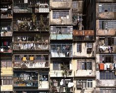 Kowloon Walled City was a former Chinese military fort turned into largely ungoverned settlement in Kowloon, Hong Kong. families used to live in 300 buildings. Kowloon Walled City was Kowloon Walled City, Hong Kong Hotel, Torre Cn, Hong Kong Building, Building Building, Kowloon Hong Kong, High Rise Building, Slums, Nightlife Travel
