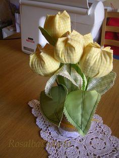 tulipani gialli,   un tocco di colore e di profumo   che mette allegria in casa        particolare del fiore          ...