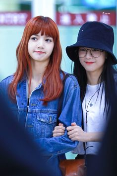 Lisa and jisoo of black pink