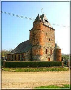 Lerzy - Aisne - Thiérache - Asymétrique est cette église fortifiée. Une petite tour à droite et un grande à gauche. L'architecte était il un comique ?