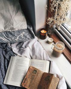 Свечи на подоконнике с книгами. Чувствительные барышни и книголюбы будут рыдать.