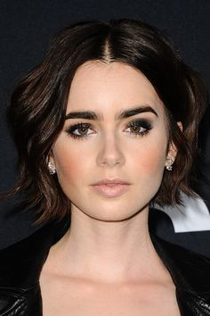 Short Hair With Bangs, Hairstyles With Bangs, Wavy Hair, Pretty Hairstyles, New Hair, Beauty Makeup, Hair Makeup, Hair Beauty, Lily Collins Hair