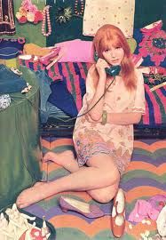 1966 - Jane Asher posing in a London boutique wearing a screen-printed paper minidress designed by Ossie Clark in a Celia Birtwell print and photographed by John Duffy. Photo published as a centerfold in the Dutch magazine TIQ, January 1967 issue. Jane Asher, 60s And 70s Fashion, Mod Fashion, Vintage Fashion, Hippie Style, Hippie Chic, Bohemian Style, Vintage Love, Retro Vintage