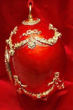 Bolso huevo rouge inspirado en los diseños Fabergé, de la colección de Alexander McQueen para la temporada otoño-invierno 2008/09.