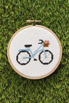 Kijk wat ik gevonden heb op Freubelweb.nl: een gratis borduurpatroon van Country Living om deze mooie fiets te borduren https://www.freubelweb.nl/freubel-zelf/gratis-borduurpatroon-fiets-2/