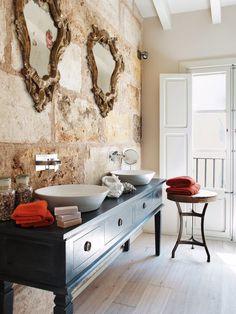 Mueble negro tipo aparador con dos lavabos y grifería mural