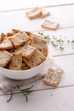 Syrovo-bylinkové krekry Hummus, Bread, Cheese, Ethnic Recipes, Food, Basket, Brot, Essen, Baking