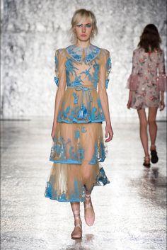 Guarda la sfilata di moda Vivetta a Milano e scopri la collezione di abiti e accessori per la stagione Collezioni Primavera Estate 2017.