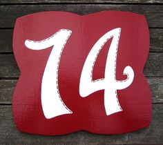 Eine Hausnummer mit feiner Bordüre - individualisierbar in Farben & Nummern Drink Sleeves, House Numbers, Basic Colors, Cottage Chic, Home Decor Accessories, Shop Signs