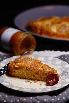 Préparation : 20 min Cuisson : 40 min Pour 6 personnes : -8 prunes jaunes -4 cuillères à soupe de caramel salé -60 g de beurre -60g d'huile d'olive -80 g de sucre roux -100 g de farine -1 sachet de levure -50 g de poudre d'amande -2 œufs Lavez, séchez,...