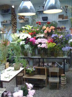 Hand pick a bouquet from a florist Love Flowers, My Flower, Fresh Flowers, Beautiful Flowers, Flower Market, Flower Shops, Enchanted Florist, Flower Studio, Inspiration Design