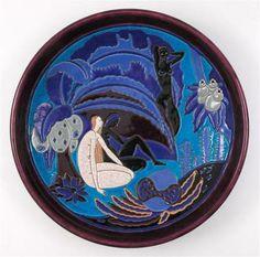 Plat décoratif, faïence fine blanche à décor d'émaux cernés, manufacture de Longwy¸ imprimé en bleu Atelier Primavera Longwy, 37,5 cm de diamètre, musée des Emaux de Longwy.