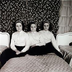 Diane Arbus Triplets in their bedroom, N. 1963 © The Estate of Diane Arbus Diane Arbus, History Of Photography, Street Photography, Portrait Photography, Documentary Photography, Robert Klein, Berenice Abbott, Pose, Transgender People