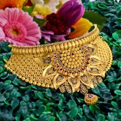 Explore the trendy collection of gold necklace set at Waman Hari Pethe Sons. Gold Jewelry Simple, Gold Jewellery Design, Designer Jewellery, Jewellery Box, Jewelery, India Jewelry, Necklace Designs, Churidar, Sharara