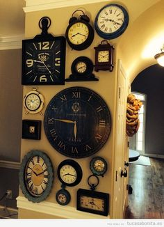 Ideas decorar pared salón con mural de relojes 2