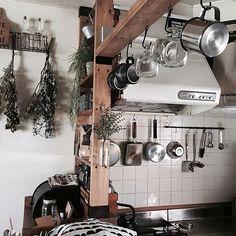 女性で、3LDKのドライフラワー/ダイソー/梁風DIY/ディアウォール/フォローすごく嬉しいです♡/フォロー&いいね ありがとうございます♡…などについてのインテリア実例を紹介。「久々にイベント投稿(*ノ∀`*) 我が家のキッチンは狭くて収納も多くはないので、ディアウォールで梁を作ったりして吊り下げ収納してます。 使う時も便利だし、片付けも楽♡ 吊り下げてる感じもインテリアの一部みたいで好きです。」(この写真は 2017-08-26 20:59:35 に共有されました)