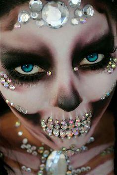 Rhinestone sugar skull skeleton halloween makeup look ideas inspiration inspo Dead Makeup, Fx Makeup, Party Makeup, Helloween Make Up, Make Carnaval, Fantasy Make Up, Sugar Skull Makeup, Sugar Skulls, Face Paint Makeup