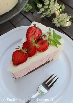 Tämän kakun tein meille juhannusaatoksi. Ensimmäistä kertaa kokeilin tehdä kakun niin, että toinen täyte sekä kakkupohja ovat kakun sisä...