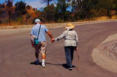 19 Photos Of Old People Holding Hands That'll Make You Feel Better About Life Love Never Dies, Always Love You, Love Couple, Couples In Love, Love You Forever, Friends Forever, People Holding Hands, Grow Old With Me, Elderly Couples