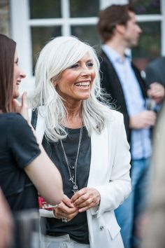 I love bright gray hair with white clothes and a light tan - so stylish!