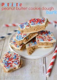 This Patriotic Peanut Butter Cookie Dough Bark is the perfect treat for the of July. Peanut butter cookie dough between melted white chocolate candy & topped w/ sprinkles. Blue Desserts, 4th Of July Desserts, Fourth Of July Food, Just Desserts, Delicious Desserts, Yummy Food, July 4th, Patriotic Desserts, Summer Desserts