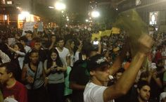 Manifestantes passam em frente à Câmara Municipal de São Paulo neste sábado 22-06-2013