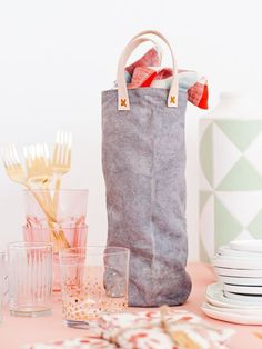 Click through for the tutorial for this sewn DIY wine tote form scratch (with and without leather handles).