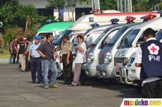 Sederetan mobil ambulans disiapkan untuk membawa korban pesawat Sukhoi di Bandara Halim Perdakusuma Jakarta, Sabtu (12/5).