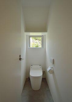 COLLAGE HOUSEデザイン住宅・間取り(東京都小金井市) |ローコスト・低価格住宅|狭小住宅・コンパクトハウス | 注文住宅なら建築設計事務所 フリーダムアーキテクツデザイン Bathroom Toilets, Laundry In Bathroom, Washroom, Small Bathroom, Japanese Bathroom, Guest Toilet, Toilet Room, Natural Interior, Toilet Design