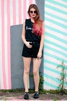 Gosta de preto, mas não sabe como usar no verão? Se inspire nesse look all black meio rocker, que combinou perfeitamente com o cabelo rosa da Camila Rech.