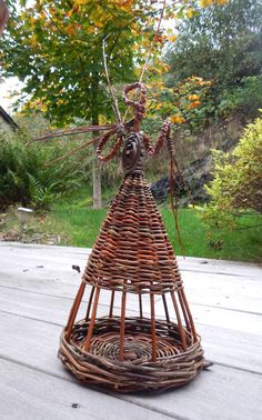 Mangeoire pour petits oiseaux (mésanges, rouge queue etc....) Willow Weaving, Basket Weaving, Basket Willow, Willow Garden, Twig Art, Weaving Designs, Weaving Art, Nature Crafts, Diy Projects To Try