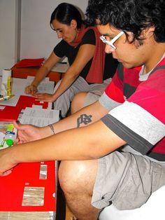 Johana Segura y Fabián Guerrero, trabajando en el Manual de simbología para una afección cardiaca, de Jonathan Safran Foer.