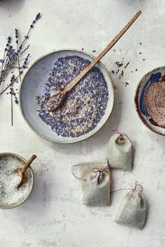 "6 Soothing Reasons to Love Lavender Lavender can help you relax — which makes it a great ingredient for a little sachet to drop in the water when you're drawing a bath. These sweet pouches of ""tub tea"" are wonderful hostess gifts. Source by gonecrafty Homemade Beauty, Homemade Gifts, Diy Beauty, Homemade Tea, Martha Stewart Manualidades, Lavender Tea, Lavender Crafts, Lavender Sachets, Lavender Bath Salts"