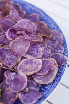 [ Blå Kongo chips ] 1 kg potatis Blå kongo el Violet Queen / 2 liter rapsolja / 1 skiva vitt bröd   Skala potatisen, skiva tunt m ex osthyvel. Fyll en stor tjockbottnad kastrull på spisen till 1/4 med olja. Ha aldrig igång fläkten vid fritering pga brandrisken. Hetta upp olja, kontrollera temperatur m att doppa brödet. Blir brödet gyllenbrunt på 1min dags fritera. Fritera tills gyllenbrun. Salta + fritera nästa omgång. Upprepa fritering om de inte känns klara, bred åter ut på papper.