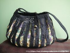 Textile fancy and not only: Bags of jeans Jean Purses, Purses And Bags, Creative Bag, Denim Handbags, Denim Ideas, Denim Purse, Denim Crafts, Recycled Denim, Patchwork Bags