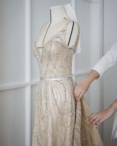 The savoir-faire of the nude butterfly dress