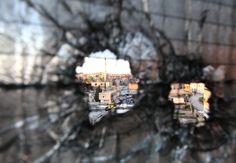 Las balas atraviesan una ventana en Trípoli, en medio de los enfrentamientos entre rebeldes sirios. (Foto: AP)