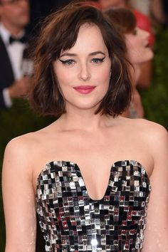 40 pretty bob and lob haircut ideas to take with you to your next salon appointment: Dakota Johnson