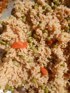 Questo è il risotto che ho mangiato oggi  a pranzo: ecco la ricetta a grandi linee.Pancetta fresca fatta rosolare in un battuto di cipolla,aglio e sedano.Aggiunta di di un pò di salsa di pomodoro e delle polpettine di carne avanzate da ieri con carotine fresche.Fatta la rosolatura di tutto ho aggiunto il riso INTEGRALE e i pisellini.Quasi a fine cottura aggiunta di olive verdi in salamoia.Per la cottura ogni tanto allungavo con  il brodo vegetale.Veramente gustoso e saporito!!!! Francesco