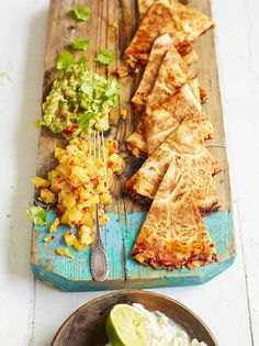 Jamie Oliver: Ultimate (Vegetarian) Quesadilla-- and this baby is really loaded! Mexican Food Recipes, Vegetarian Recipes, Cooking Recipes, Healthy Recipes, Vegetarian Mexican, Gula, Good Food, Yummy Food, Mets