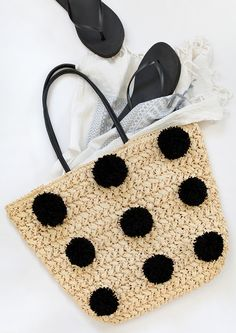 modern pom pom straw bag tutorial // the black pom poms look so modern!