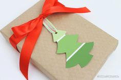 After picking out the perfect present and wrapping it up carefully, you should put the cherry on the proverbial cake with these awesome DIY gift tags! Christmas Gift Wrapping, Christmas Tag, Handmade Christmas, Holiday Crafts, Holiday Fun, Diy Weihnachten, Paper Gifts, Diy Gifts, Decoration