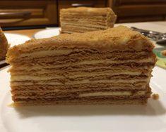 Как приготовить торт Рыжик со сгущёнкой и сметанным кремом  Предлагаем приготовить очень вкусный торт Рыжик в домашних условиях по рецепту с пошаговыми фото. Этот торт готовится из замечательных карамельных коржей и очень вкусного сметанно-масляного крема со сгущёнкой. Торт Рыжик получается большим и тяжёлым, так что подойдёт для большой компании, хотя и в маленькой семье он не залежится долго в холодильнике.   При приготовлении торта Рыжик очень важно, чтобы вы, перед подачей, дали торту…
