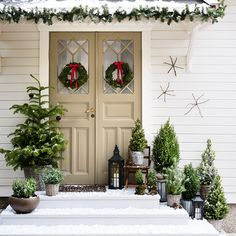 Christmas fun with Isabelle McAllister and Plantagen ‹Danish interior design – Weihnachtsdeko – Decoration Front Door Christmas Decorations, Scandinavian Christmas Decorations, Christmas Porch, Christmas Mood, Country Christmas, Outdoor Christmas, Holiday Decor, Deco Noel Nature, Natal Country