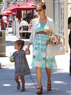 Such a cute maternity look! Love the dress. (And I feel pretty good seeing that Jessica Alba even gets cankles when she's preggers, hehe! Celebrity Maternity Style, Summer Maternity Fashion, Cute Maternity Outfits, Maternity Pictures, Maternity Wear, Celebrity Style, Bump Style, Mommy Style, Sweet Style